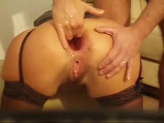 Voici un petit mix de vidéos d'anus bien dilatés qui se font complètement défourailler par l'insertion totale de mains.