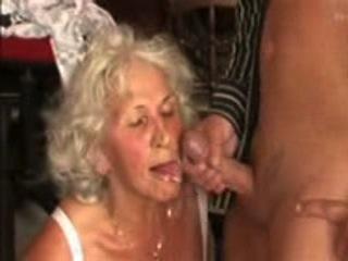 Une vieille femme, qui a au moins 60 ans, aime le sexe et n'hésite pas à se faire filmer lorsqu'elle vide les couilles de ses partenaires.
