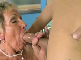 Cette mamie se fait attraper la chatte par un mec plus jeune qu'elle avant de le finir avec sa bouche experte.