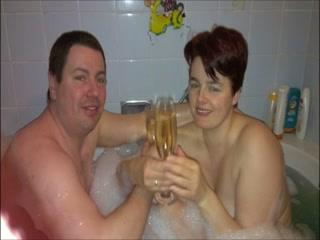 Un couple mature, libertin et un brin exhibitionniste, se laisse tenter par une soirée de la Saint Valentin plutôt chaude face à leur caméra vidéo.