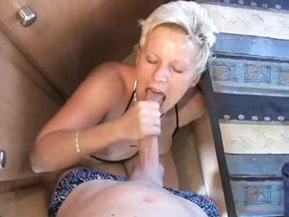 Masturbation, pipe et baise sont au programme avec cette belle salope bien chaude dans son camping-car.