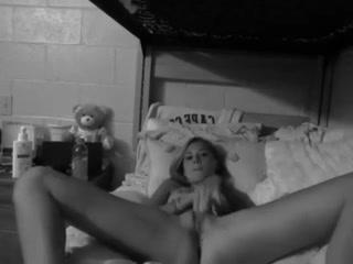 Voici une vidéo en noir et blanc d'une charmante petit puce qui se masturbe face à sa webcam.