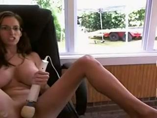Une véritable allumeuse, aux très gros seins, s'exhibe sur sa webcam et sort pour offrir à manger, nue, au jardinier.
