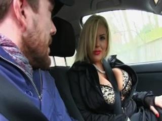 Une blonde vulgaire, qui a une paire de melons impressionnante, utilise sa bouche et sa chatte pour payer son trajet en taxi.