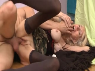 Une grand-mère, encore bien active sexuellement parlant, se fait prendre par un jeunot sous la direction d'Hervé Pierre Gustave.