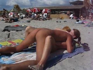 Un couple, qui a dû abuser d'un peu des cocktails, se fou à poil sur une plage publique, en plein jour, et s'envoyer en l'air.