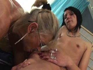Une mamie, qui aime les jeunes femmes, se fait plaisir avec une coquine aux petits seins.