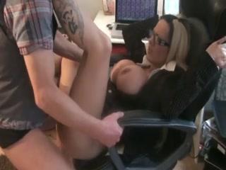 Une femme blonde, bien plantureuse, trouve la solution pour faire décrocher son mec de l'ordinateur.