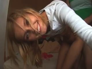 Une jeune femme qui prend beaucoup de plaisir à faire l'amour en direct face à sa webcam.