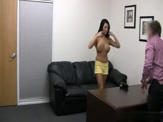 Un mec malin fait passer un casting porno à une jolie brune, se fait sucer et la baise, tout en restant anonyme.