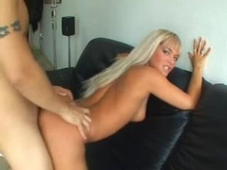 Une belle blonde, aux très longs cheveux, se fait baiser par un Chinois avant de se faire remplir la moule de sperme