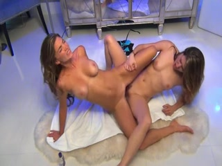 Deux très jolies jeunes femmes couchent ensemble, devant la webcam, pour un show en live vraiment très chaud et avec un beau ciseau à la clé.