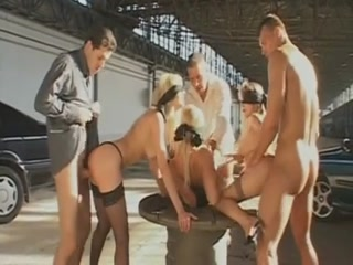 Des mafieux se servent 3 sublimes pétasses blondes et les baisent par le cul.