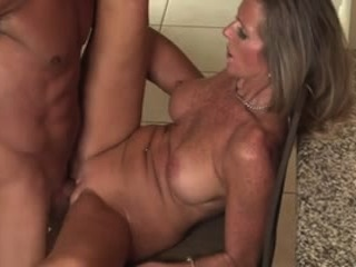 Une femme de plus de 45 ans se tape un jeune mec bien musclé.