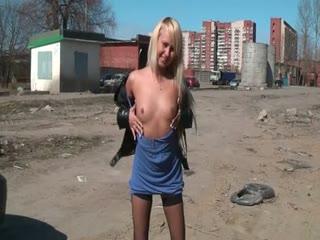 Belle salope blonde sort dans la rue pour montrer son petit cul, sa chatte et ses nichons.