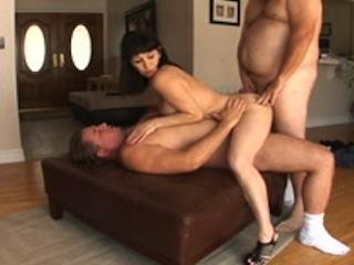 Une garce se fait prendre par les 3 orifices par deux hommes aux gros ventres.