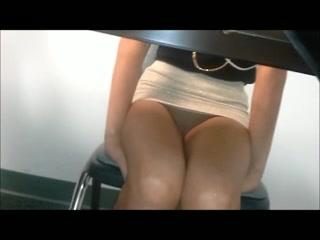 Un pervers filme une très belle femme, en mini jupe, sous la table de la salle de réunion.