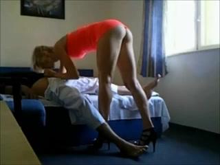 Un homme amène une fille de joie dans sa chambre et filme la baise en caméra cachée.