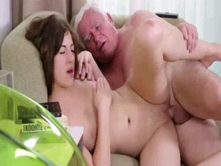 Un homme de plus de 70 ans prend un réel plaisir en tournant une scène porno avec une magnifique petite puce de moins de 20 ans.
