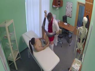 Un médecin reçoit une jolie jeune brune dans son cabinet de consultations, la tripote et se fait sucer avant qu'elle lui offre sa chatte.