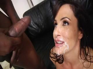 Florilège, de plus de 15 minutes, d'éjaculation faciale sur cette belle actrice porno mature.
