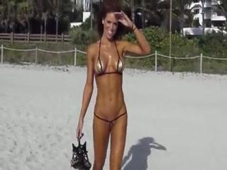 Une salope se balade, tout excitée et sur la plage, avec le maillot de bain dissimulant le minimum légal.