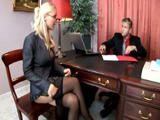 Une chaude blonde, en tailleur et avec les nichons bien rebondis, chauffe son chef, plus jeune, et lui offre une baise inoubliable dans son bureau.