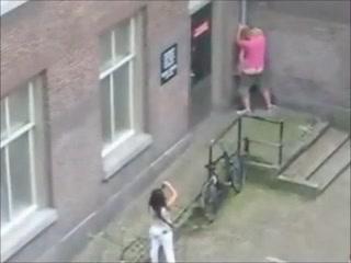 Voici un montage vidéo de plusieurs scènes, filmées par des caméras de surveillance, où des couples s'envoient en l'air, dans des lieux publics, pensant être à l'abri des regards.