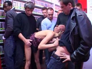 Une salope blonde se rend dans un sex-shop, allume son monde, et se donne en pâture pour une bonne orgie improvisée lors de laquelle elle suce, sans retenue, toutes les bites qui lui sont proposées et s'en prend d'autres sans même voir de qui elles sont.