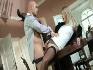 Cette femme russe, chic, vêtue de fourrure et portant de beaux collants noirs, se fait baiser, tout habillée, par une belle bite qui finit par lui gicler à la gueule.