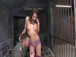 La belle Foxy di, jeune actrice porno russe de 18 ans, se retrouve, habillée au style BCBG, derrière les barreaux et se fait abuser l'anus par un surveillant qui finit par lui éjaculer sur les seins.