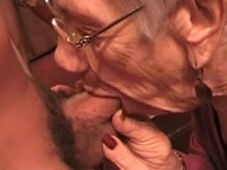 Voici une vidéo compilation, de 3 différentes scènes, lors desquelles une vieille femme suce le même jeune homme.