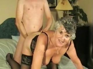Cette grand mère a enfilé sa plus belle lingerie pour tourner une scène de cul dans laquelle elle se fait bien défoncer la chatte en levrette.