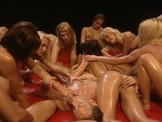 L'étalon italien le plus célèbre du porno passe un excellent moment, en compagnie de plusieurs jeunes salopes d'Europe de l'est, la peau huilée et totalement à son service.