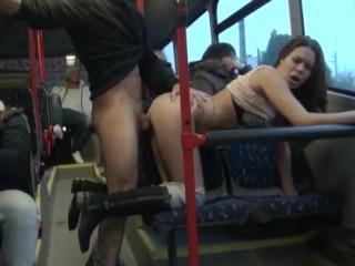 Voici un porno original et osé tourné dans un bus municipal dans lequel deux jeunes baisent, sans aucun complexe et devant tout le monde.